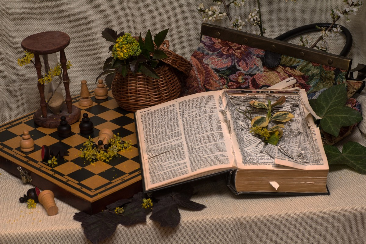 still_life_old_book_hourglass_mood_chess_board_old_pocket-895386
